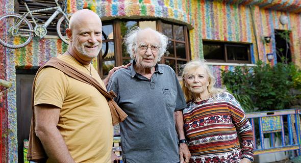 """עם ההורים, דליה ומולה, על רקע ביתם באפקה. """"יש רגעים שאני נהיה אבא שלי, לטוב ולרע"""""""