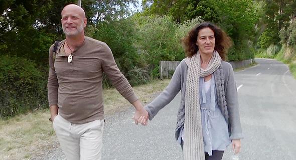 """עשת עם אשתו ענת בביקור בניו־זילנד. """"30 שנה חשבתי שהיא איתי מתוך פשרה. רק כשראיתי את הסרט שלי הבנתי שהיא אוהבת אותי"""""""