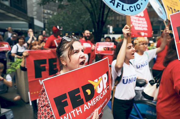 עובדי וגמלאי אמריקן איירליינס מפגינים על תנאיהם מחוץ לאסיפת בעלי המניות. קרנות הפנסיה הציבוריות נכנסות גם לתחומים שאינם קשורים ישירות לעובדים, כמו איכות סביבה