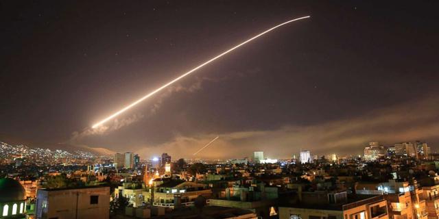 """ארה""""ב, צרפת ובריטניה תקפו בסוריה: יותר מ-100 טילי שיוט שוגרו ממטוסים וספינות"""