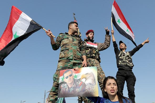 חיילים סורים במפגן תמיכה באסד (ארכיון)