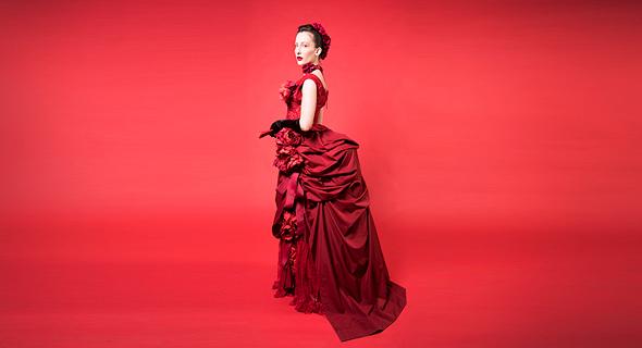 מתערוכת ReDress בשנקר. בגדים תקופתיים באדום , צילום: שי נייבורג