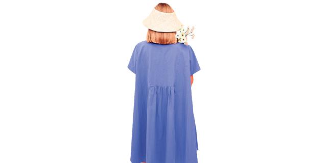 אופנה לעונת המעבר: כחול־לבן עם אודם