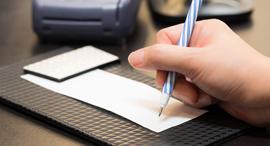 חתימה על חשבונית קניות כרטיס אשראי, צילום: שאטרסטוק
