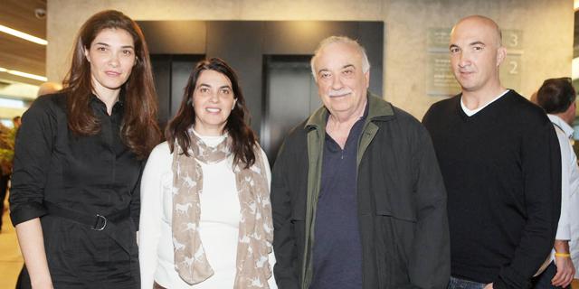 מימין אייל פישמן, אליעזר פישמן ובנותיו ענת ורונית, צילום: אוראל כהן