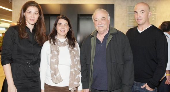 מימין אייל פישמן אליעזר פישמן ובנותיו ענת מניפז ו רונית פישמן, צילום: אוראל כהן