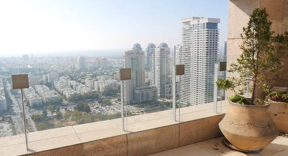 נוף מבפנים במגדל לאונרדו סיטי טאוור. סוף־סוף נמצא קונה