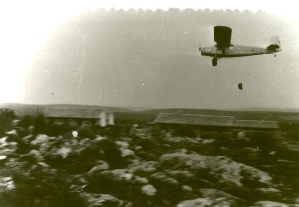 מטוס אוסטר מטיל חבילות אספקה ביחיעם