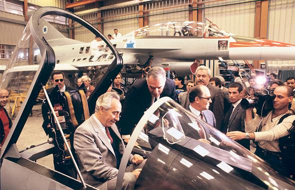 שמעון פרס ממלא מקום ראש הממשלה דאז יצחק שמיר בתא הטייס של מטוס הקרב הלביא, צילום: דוד רובינגר