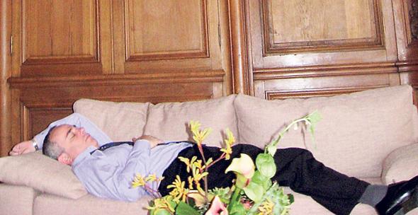 יובל שטייניץ ישן על הספה, צילום: שרונה מזליאן לוי