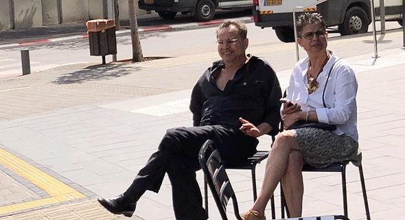 קובי אלכסנדר ואשתו בשדרות רוטשילד ב תל אביב