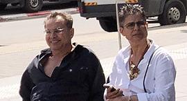 """קובי אלכסנדר ואשתו בשדרות רוטשילד בת""""א"""