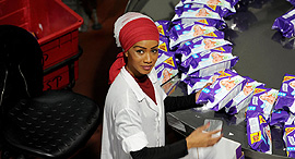 עובדת במפעל על בד במשואות יצחק , צילום: אבי רוקח