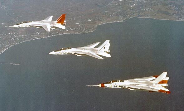 ניסויי טיסה מוקדמים ב-F14; שימו לב למצב הכנפיים של כל מטוס