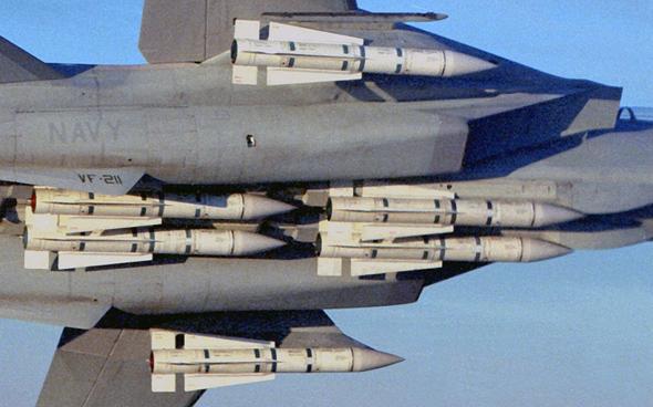 טילי פניקס מתחת לגופו של F14