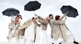 בתוך ההצגה הלוויה חורפית של חנוך לוין בבימויו של יאיר שרמן פנאי, צילום: אילן בשור