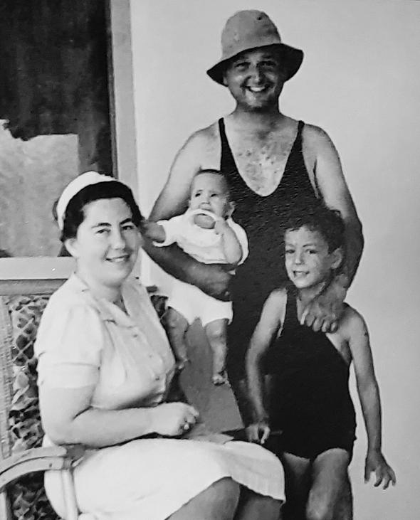 1940. מיכאל שטראוס בן ה־6, עם הוריו הילדה וריכרד ואחותו רעיה