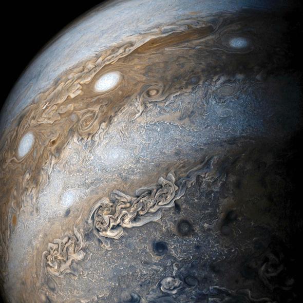 """האטמוספירה המורכבת של צדק. """"הבנת ההשפעה שלה על הכבידה תלמד אותנו אם יש לצדק ליבה מוצקה, ואיך הוא נוצר, ותאפשר הבנה של היווצרות מערכת השמש"""", צילום: NASA/JPL-Caltech/SwRI/MSSS/Gerald Eichstädt /Seán Doran"""