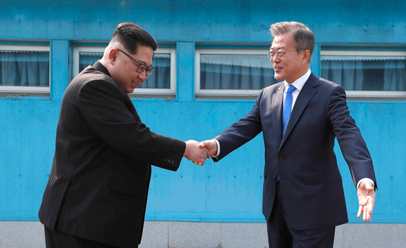 משמאל מנהיג צפון קוריאה קים ג'ונג און נפגש עם נשיא דרום קוריאה מון ג'יאה אין , צילום: איי פי