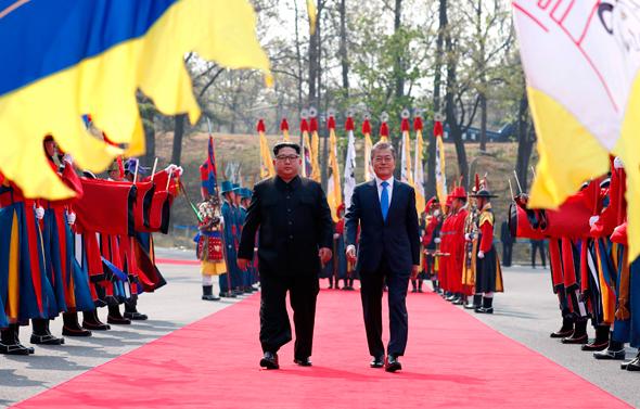 משמאל מנהיג צפון קוריאה קים ג'ונג און עם נשיא דרום קוריאה מון ג'יאה אין , צילום: איי אף פי