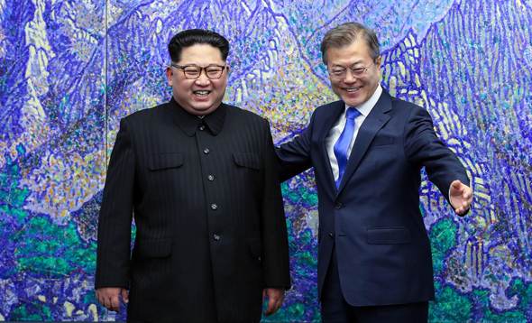 מנהיג צפון קוריאה קים ג'ונג און נפגש עם נשיא דרום קוריאה מון ג'יאה אין , צילום: רויטרס