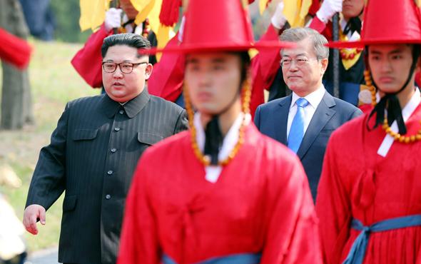 מפגש בין מנהיג צפון קוריאה קים ג'ונג און נפגש ל נשיא דרום קוריאה מון ג'יאה אין , צילום: איי פי