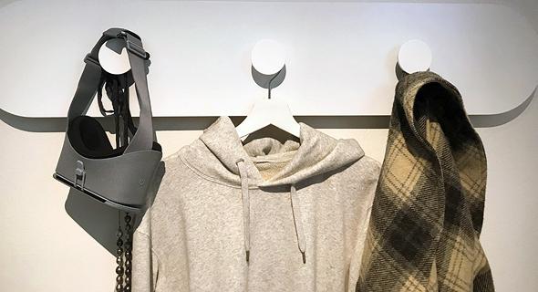 שבוע העיצוב מילאנו מתלה בגדים מהמיצג של גוגל פנאי, צילום: LAURIANGHINITOIU