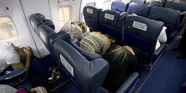 האם ישיבה בתנוחת החירום במטוס באמת מצילה חיים במקרי התרסקות?