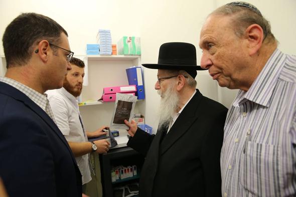 יעקב ליצמן ב בית מרקחת שמורשה לספק קנביס רפואי קנאביס, צילום: משרד הבריאות