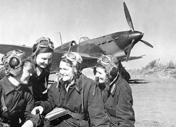 טייסות קרב סובייטיות בתדריך לפני משימה