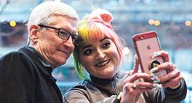 """מנכ""""ל אפל טים קוק ב סלפי עם לקוחה, צילום: אי.אף.פי"""