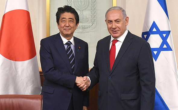 Japanese prime minister Shinzo Abe (left) and Benjamin Netanyahu. Photo: Haim Zach