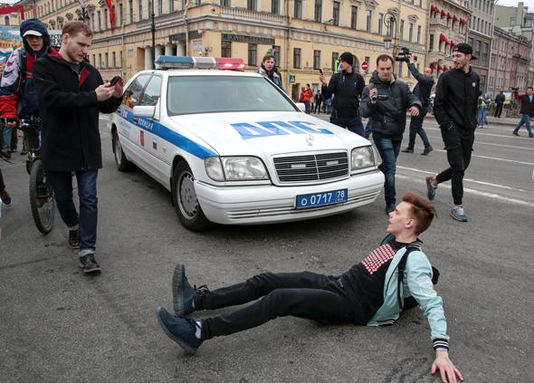 מפגין משתטח על הכביש בהפגנה נגד ולדימיר פוטין בסנט פטרסבורג, צילום: רויטרס