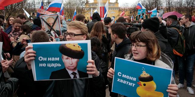 """""""לא הצאר שלי"""": מאות עצורים ב-90 הפגנות ברוסיה לפני השבעת פוטין"""