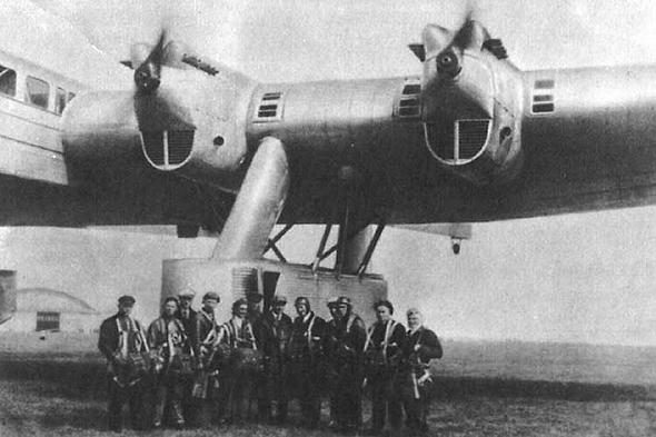 קונסטנטין קלינין וצוותו, עומדים ליד ה-Ka7