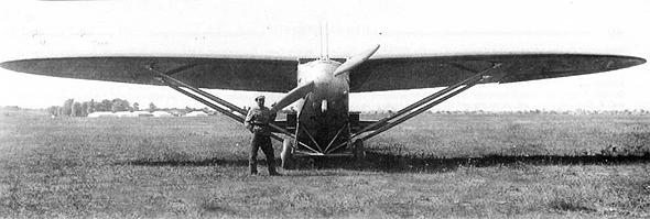 קלינין לצד ההברקה הראשונה שלו: הכנף האליפטית