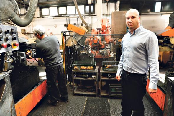 """רועי רגרמן, מנכ""""ל חמת, במפעל החברה. """"לפי מה שהם אומרים, ההישארות שלי תלויה ברצון שלי"""", צילום: גדי קבלו"""