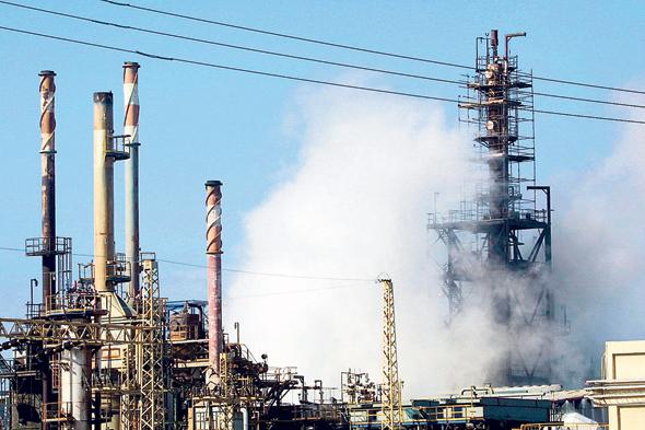 מפעל תעשיות אלקטרוכימיות. חומרים מסוכנים נפלטו לאוויר, נטמנו בקרקע והוזרמו לים , צילום: גיל נחושתן