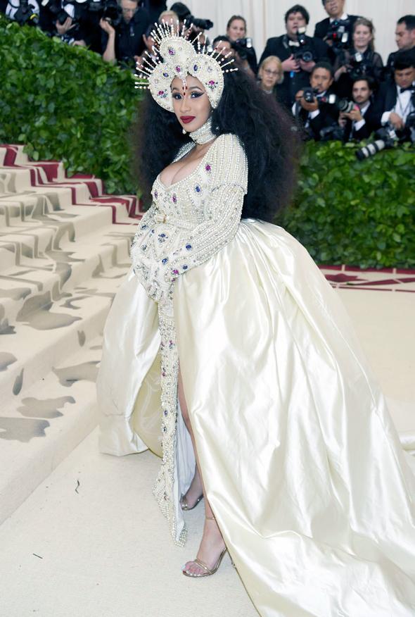 קארדי בי. הראפרית הוזמנה לראשונה לארוע של המט והלכה על כל הקופה עם תחפושת של נסיכה מתקופת הרנסנס שעיצב ג