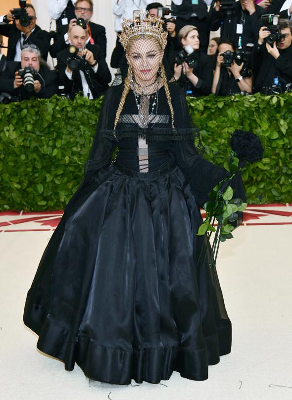 מדונה. באה בשמלה שחורה של ז