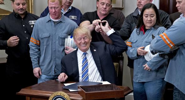 דונלד טראמפ חותם על המכסים החדשים של הפלדה והאלומיניום. עוד תעשיות ייפגעו, צילום: בלומברג