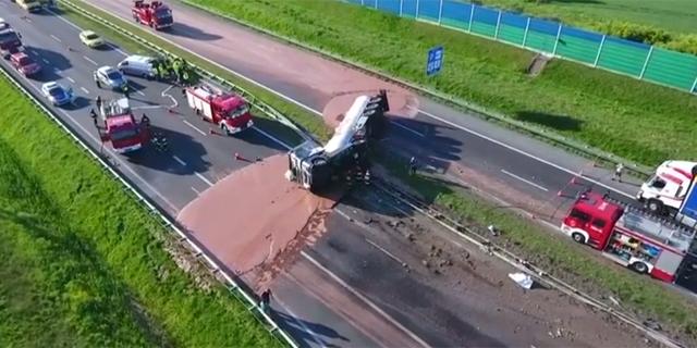 סכנה מתוקה: משאית התהפכה - כמה טונות של שוקולד נשפכו על הכביש