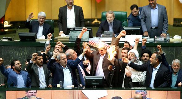 """שריפת דגל ארה""""ב בפרלמנט האיראני, אתמול. רוב האיראנים לא נהנו מפירות ההסכם"""