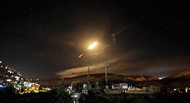 """נ""""מ סורי בשמי דמשק מתקפת חייל האוויר על יעדים ב סוריה, צילום: אי פי איי"""