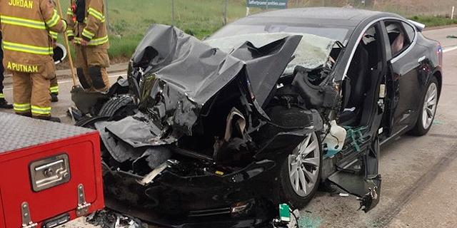 רכב טסלה שעבר תאונה, צילום: איי פי