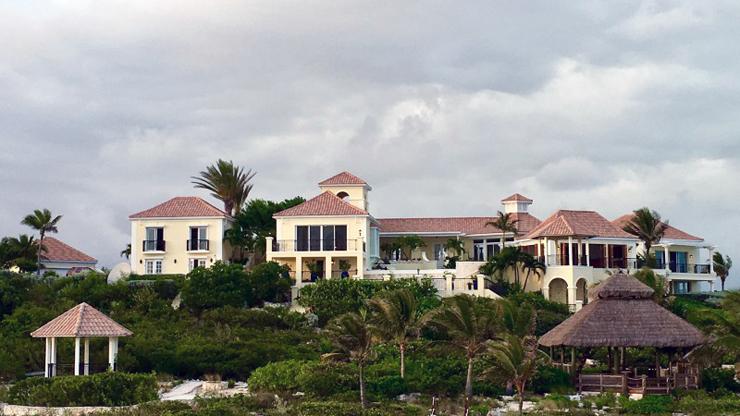סגנון הבנייה הוא ים תיכוני עם גגות רעפים