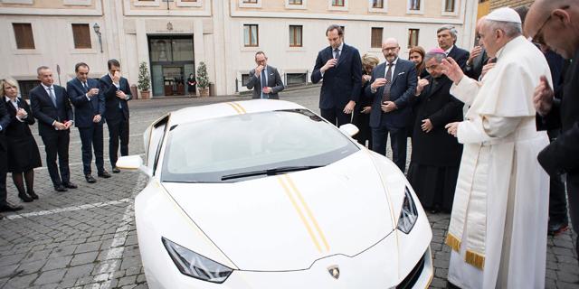 יד ראשונה מאפיפיור: הלמבורגיני של פראנסיס נמכרה ב-861 אלף דולר