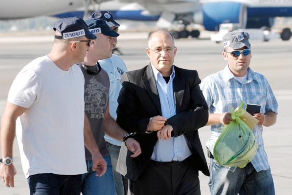 בועז יונה (במרכז) אחרי שנלכד באיטליה והובא לישראל, אוגוסט 2007