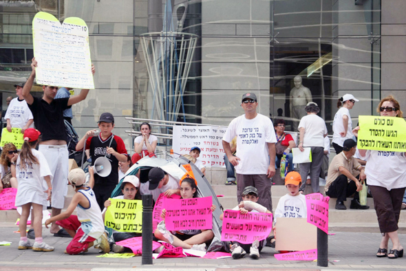 הפגנה של נפגעי חפציבה מחוץ לסניף בנק לאומי בתל אביב, יוני 2008