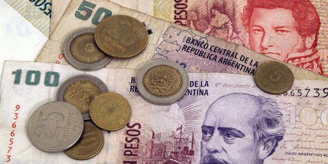 לאחר הבחירות בארגנטינה: הבורסה המקומית צונחת ב-30%, הפזו קורס ב-15%